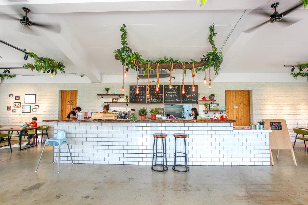 台中霧峰,讓人放鬆的寵物友善餐廳,大片青草頗愜意,窩草的日子!