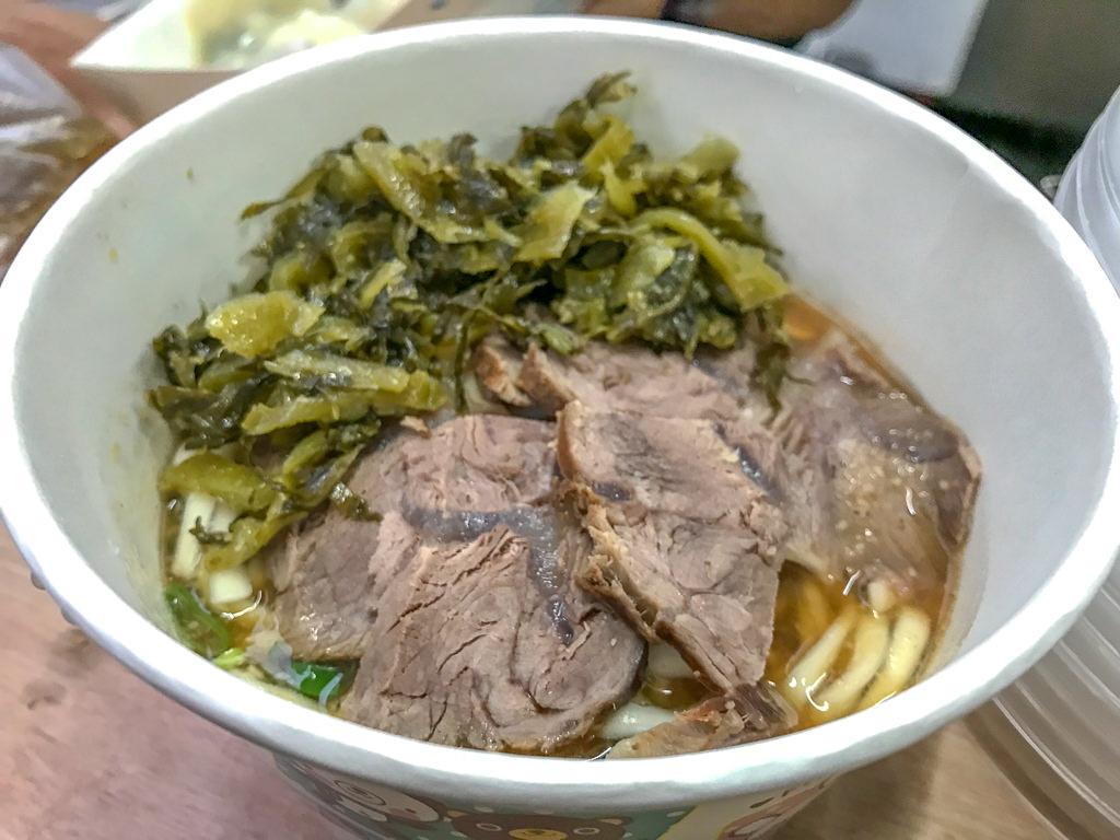 台中烏日,牛肉拌麵與水餃!還有提供免費牛大骨湯…旁邊的關東章魚燒小丸子也很好吃哦!!